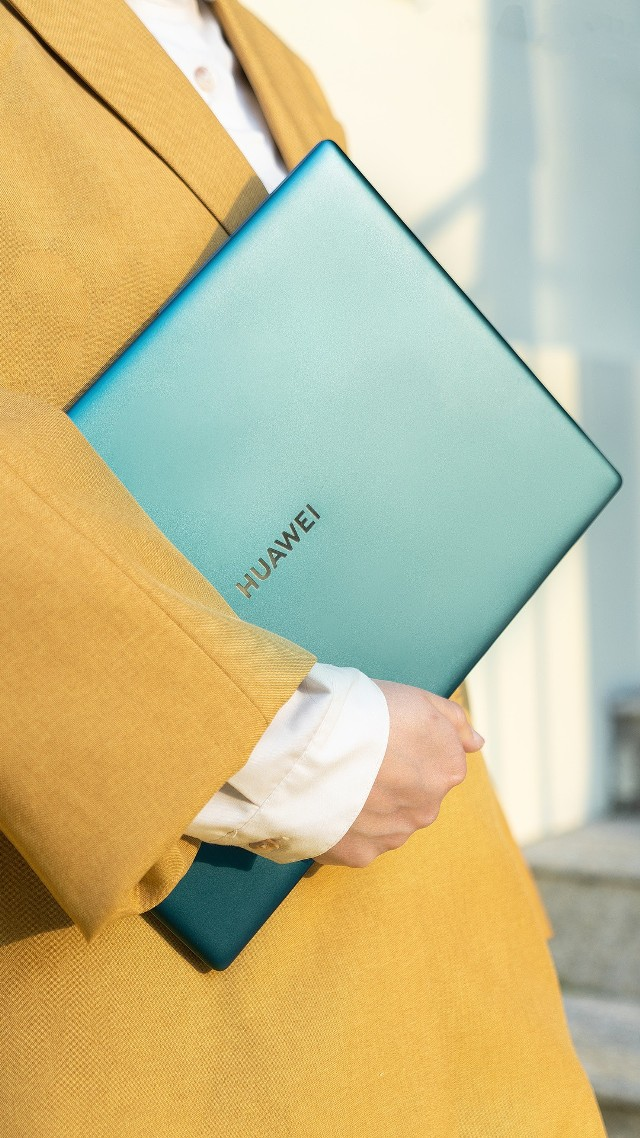 Nowy laptop Huawei MateBook X Pro 2020 do kupienia w trendowym kolorze szmaragdowej zieleni.
