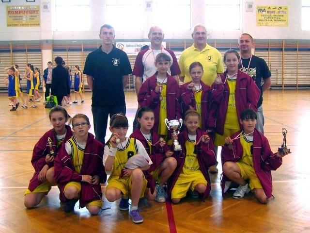 Na koniec turnieju dziewczęta zrobiły sobie pamiątkowe zdjęcie z pierwszym trenerem wspaniałej koszykarki, niedawno zmarłej Małgorzaty Dydek, panem Ryszardem Zahn z Huragana Wołomin