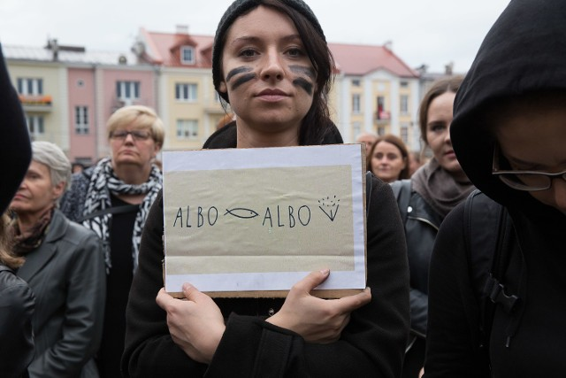 Były transparenty - w trakcie marszu w kierunku Ratusza to przede wszystkim w ten sposób kobiety wyrażały swoje poglądy.