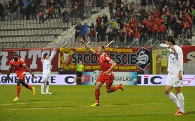 Eduards Visnakovs cieszy się z kolejnego gola dla Widzewa.
