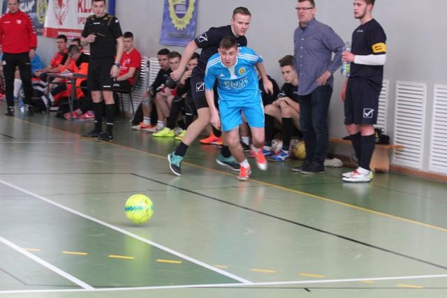 Piłkarze Mechaniaka z Łomży (na niebiesko) wygrali licealiadę