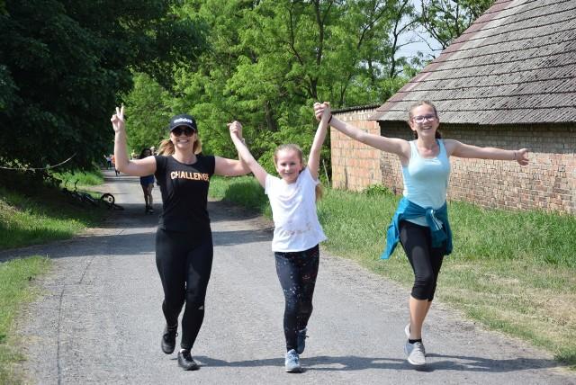Od 11 lat maj to miesiąc, w którym w Kołczynie organizowany jest Bieg Olimpijski. Każdego roku w tej biegowej imprezie biorą setki miłośników aktywnego stylu życia z różnych części naszego regionu i nie tylko. Są tacy co biegną, tacy co jadą rowerem albo maszerują z kijkami. Ale nie to jest ważne, jak pokona się 5 km. Ważne, żeby tę trasę w ogóle pokonać. W kołczyńskim biegu biorą udział dzieci, dorośli i seniorzy.W tym roku (bieg odbył się w sobotę 12 maja) na trasie biegu pojawiło się 735 osób. Tradycją biegu w Kołczynie jest nie tylko olmpijski ceremoniał, ale też możliwość wygrania rowerów przez wszystkich uczestników. Nie jest ważne to, kto zajął, jakie miejsce. Wszyscy mają równe szanse. Zobacz nasz najnowszy Magazyn Kulturalny:\