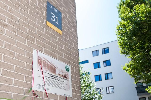 Tak wygląda tablica upamiętniająca stadion Zielonych przy ul. Rolnej w Poznaniu