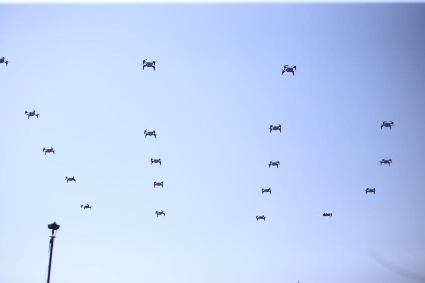 Pokaz dronów przed Międzynarodowym Centrum Kongresowym w...