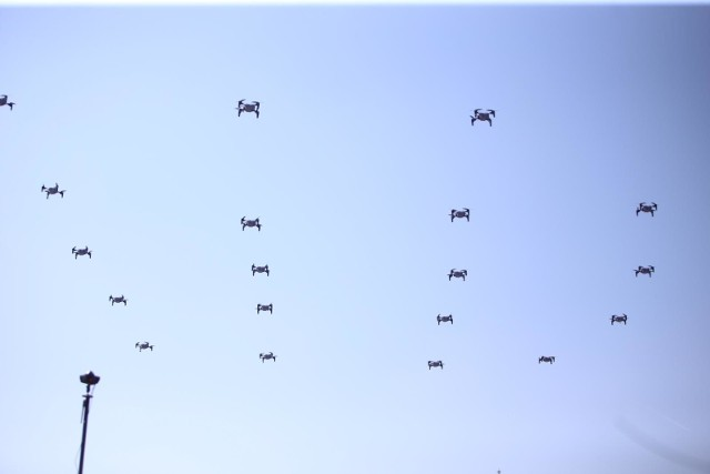 Pokaz dronów przed Międzynarodowym Centrum Kongresowym w 2019 roku
