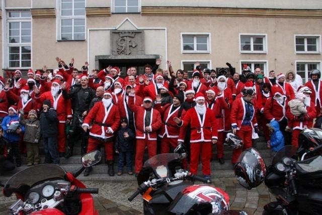 Mimo deszczu, na opolski Rynek przyjechało ponad stu Mikołajów.