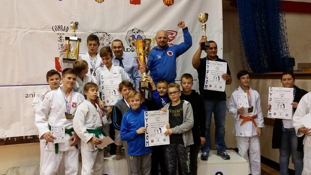 Drużyna Akademi Judo Rzeszów z okazałymi pucharami Grand Prix Białej Gwiazdy