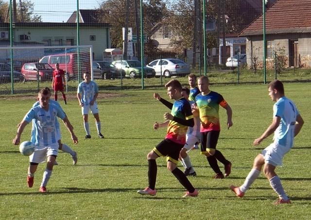 Promyk Urzejowice (kolorowe stroje) wysoko pokonał lidera z Gniewczyny.