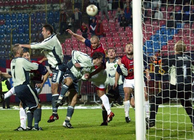 Fragment ostatniego meczu Pogoń - GKS w Szczecinie z 2002 r. W akcji napastnik portowców Jacek Kosmalski.