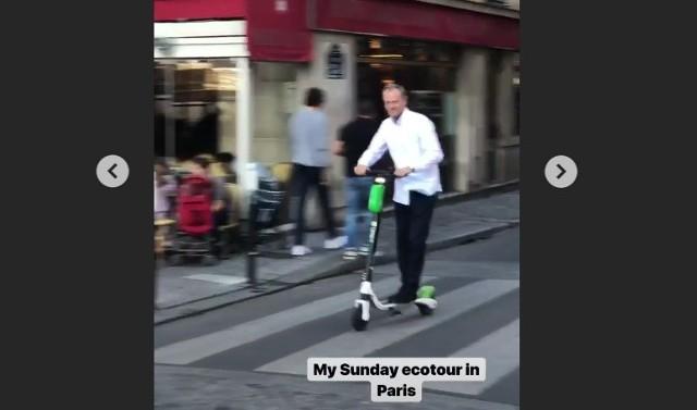 Donald Tusk w czasie swojej eko-wycieczki po Paryżu na hulajnodze