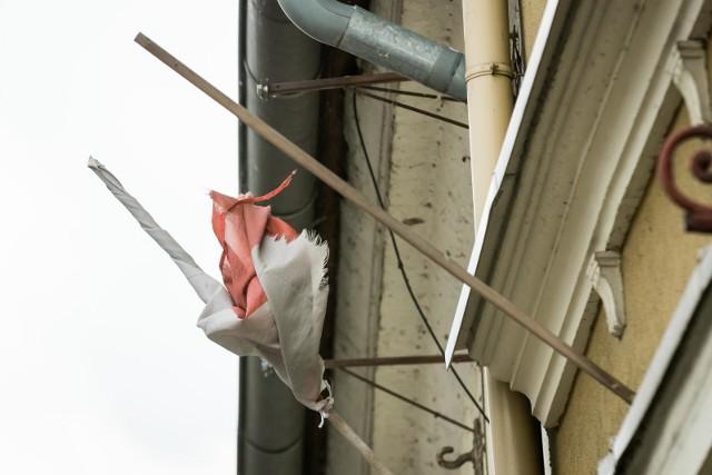 Taki obrazek można zobaczyć przy Wełnianym Rynku 9. Zgodnie z zapewnieniem, zniszczona flaga ma zostać usunięta do końca tygodnia.
