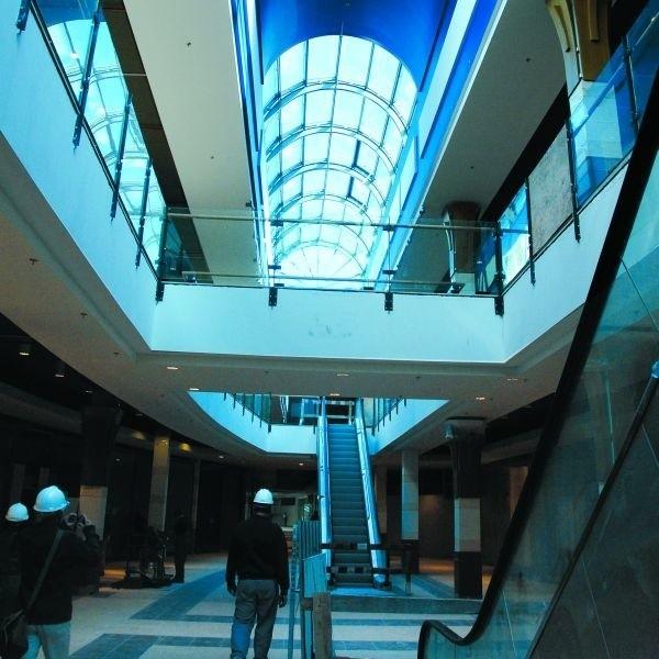 Do sklepów na kilku poziomach galerii można będzie wjechać ruchomymi schodami lub windą. Same zakupy będą robione w częściowo zabytkowych murach, ale pod szklanym dachem