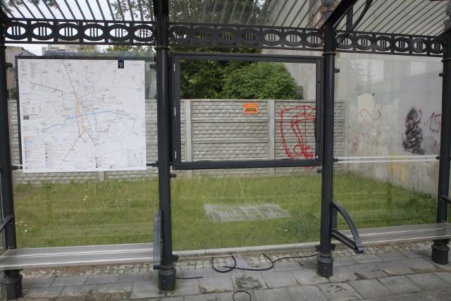 Zdemolowany przystanek na ulicy Wólczańskiej w Łodzi