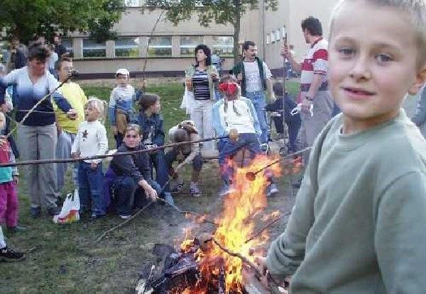 Pieczenie ziemniaków w ognisku miało bordzo  wielu amatorów. Szczególnie wśród dzieci.