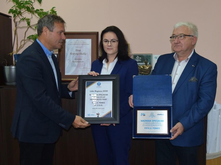 """Nagrodę z rąk Sławomira Baćkowskiego, dyrektora radomskiego oddziału """"Echa Dnia"""" odebrał Henryk Dudek, prezes spółki."""