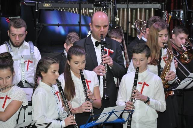Uczniowie Państwowej Szkoły Muzycznej I stopnia im. Karola Kurpińskiego we Wschowie podczas koncertu z okazji Święta Niepodległości