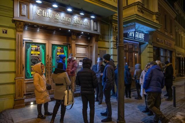 W sobotę (6 lutego 2021 r.) przed godz. 20 przyszło kilkanaście osób zainteresowanych spotkaniem Partii Strajku Przedsiębiorców z udziałem Pawła Tanajno