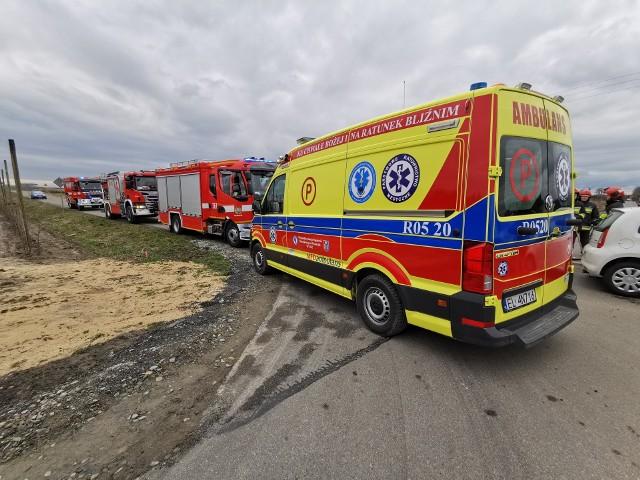 Do zdarzenia doszło w sobotę o godz. 10. w Żurawicy pod Przemyślem. Ze wstępnych ustaleń policji wiemy, że kierująca fordem nie ustąpiła pierwszeństwo mężczyźnie w skodzie jadącemu ul. Owocową. Pogotowie ratunkowe zabrało do szpitala kierujących pojazdami. Do wypadku wyjechały trzy zastępy strażaków z PSP Przemyśl i OSP Bolestraszyce.Na miejscu pracują policjanci.