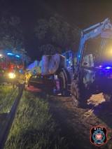 Wypadek niedaleko Bydgoszczy. Baloty słomy wylądowały na dachu auta! [zdjęcia]