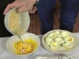 Czym faszerować wielkanocne jajka? [WIDEO]
