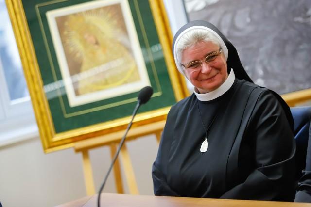 Siostra Karolina Blok na konferencji prasowej dziękowała, że to właśnie jej podopieczni otrzymają pomoc