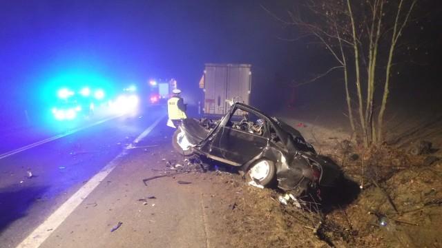 Policjanci z łęczyckiej komendy pod nadzorem prokuratury wyjaśniają okoliczności wypadku drogowego, do którego doszło dziś (3 marca) na drodze krajowej nr 91. W miejscowości Ogrodzona audi czołowo zderzyło się z ciężarówką. W wyniku wypadku zginął 41-letni kierowca osobówki.CZYTAJ DALEJ >>>>