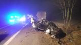 Śmiertelny wypadek na DK91. Czołowe zderzenie z tirem na drodze krajowej pod Łęczycą. Kierowca audi nie żyje