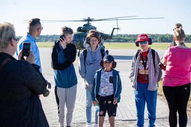 Chłopcy polecieli do Krakowa rządowym śmigłowcem. To prezent od Bajkowej Fabryki Nadziei