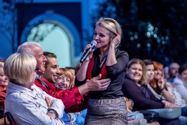 W sobotę na dziedzińcu Urzędu Miasta w Poznaniu rozbrzmiały Tanga Eugeniusza Bodo. Znane i lubiane utwory w wykonaniu artystów z Teatru Muzycznego w Poznaniu rozruszały publiczność, która nie tylko wspólnie z aktorami śpiewała, ale i poderwała się do tańca. Zobacz zdjęcia z kolejnego spektaklu z cyklu Teatr na Wolnym --->