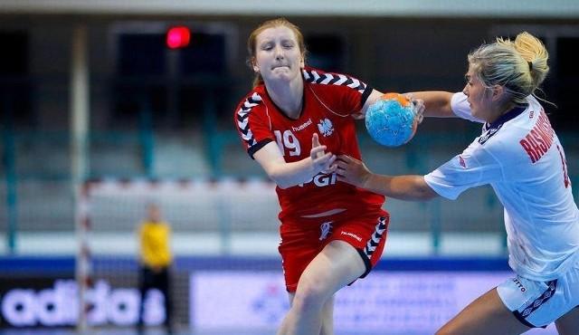 Katarzyna Kozimur (z piłką) podczas meczu reprezentacji Polski.