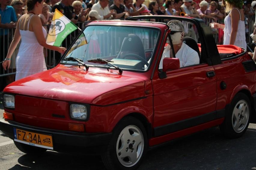Fiat 126p od początku jechał na czele korowodu. Jechał nim...