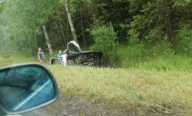 Wypadek w Horodniance na krajowej dziewiętnastce. Droga zablokowana po dachowaniu osobówki