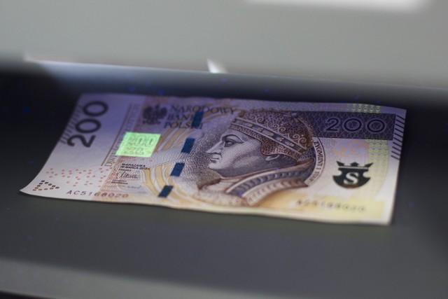 Osoby, które zarabiają najniższą krajową, aktualnie 2600 złotych brutto będą zarabiać o 200 złotych brutto więcej.