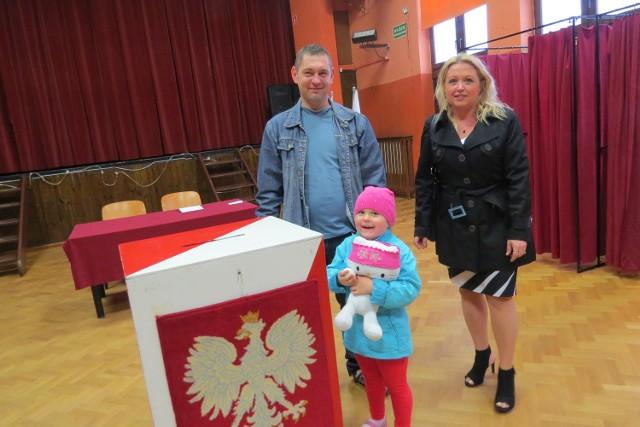 """Zadowolona mała Maja Boruszka przed chwilą wrzuciła kartę taty do urny. Wcześniej """"głosowała"""" z babcią w Ciechocinku"""