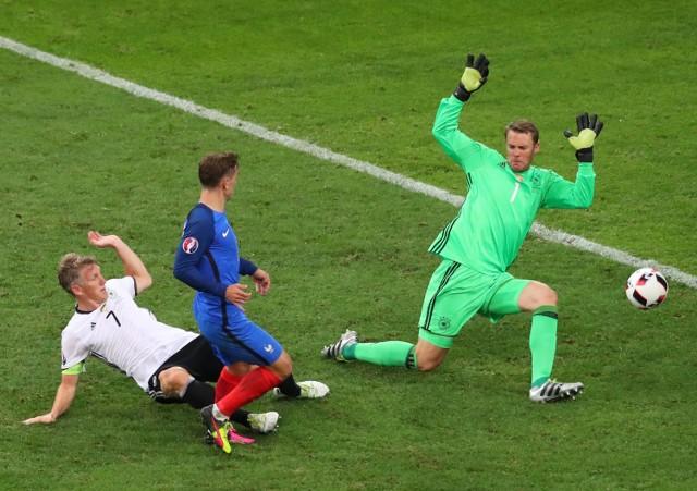 Antoine Griezmann strzela drugiego gola dla Francji w meczu z NIemcami