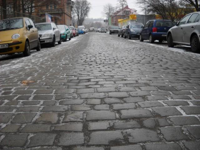 Fragment brukowanej ulicy  miasto sprzedało w 1997 roku inwestorowi wraz z sąsiednim terenem. Dziś to własność Dekady.