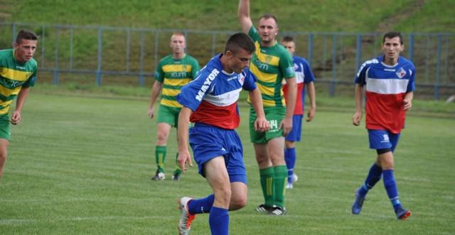 Artur Kuliński (na pierwszym planie, przy piłce) zdobył dla Granatu pierwszego gola w pojedynku z Grodem Ćmińsk.