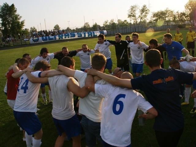 FKS Stal Mielec - LubliniankaPo emocjonującym spotkaniu Stal Mielec (biało-niebieskie stroje) pokonała Lubliniankę 3-2.