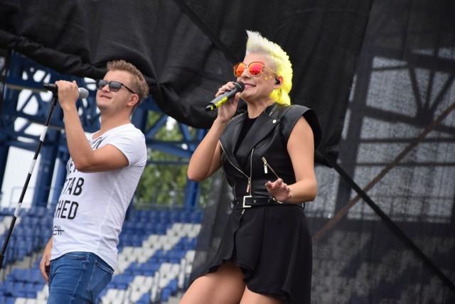 Piękni i Młodzi w trakcie koncertu w Janikowie