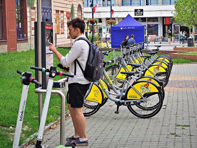 Zarząd Dróg i Transportu w Łodzi chce nałożyć na operatora roweru publicznego karę za opóźnienie budowy systemu. Wykonawca zasłania się pandemią, czyli czynnikiem niezależnym od niego. Pierwszy etap ma być gotowy w sobotę, 80 dni po terminie.CZYTAJ DALEJ >>>.