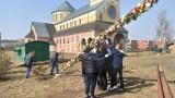 Wielkanoc 2021: 13-metrowa palma stanęła przy parafii św. Kingii w Świdniku. Zobacz zdjęcia