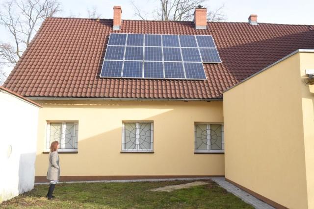 Panele zajmujące na dachu powierzchnię 11-20 metrów kwadratowych gwarantują prąd w domu po kosztach własnych.