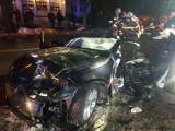 Łódzkie. Koszmarny wypadek pod Głownem. Dwie osoby ciężko poszkodowane i uwięzione we wraku pojazdu!