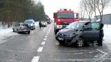 Wypadek na drodze krajowej 22 koło Rychnów 15.02.2021. Zderzenie trzech samochodów. Dwie osoby trafiły do szpitala. Zdjęcia