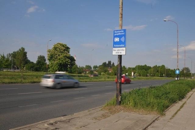 42-letnia kobieta jadąca audi A4 została wczoraj rano zatrzymana na ul. Dąbrowskiego, przy ul. Wedmanowej, za przekroczenie dozwolonej prędkości o ponad 50 km/h.