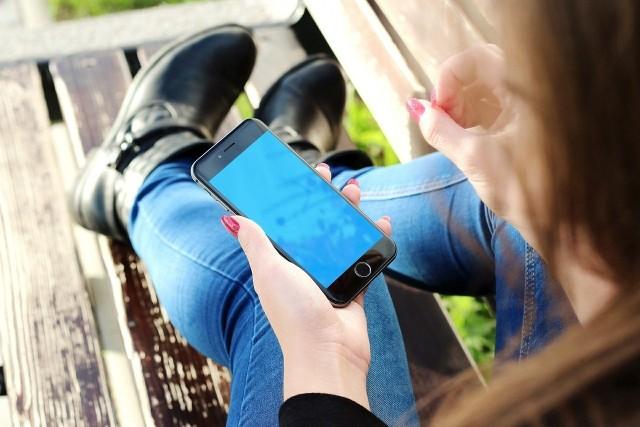 Telefon komórkowy, zdjęcie ilustracyjne.