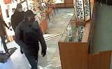 Policja szuka sprawców napadu na jubilera w Gdańsku i publikuje wizerunki domniemanych przestępców [film z napadu]