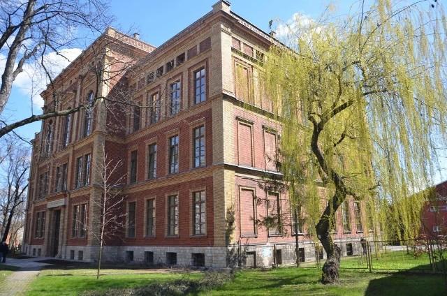 Część elewacji II LO im. Stanisława Staszica w Tarnowskich Górach została odnowiona. Budynek będzie także oświetlony