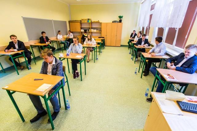 Egzamin gimnazjalny 2018. Uczniowie napisali już egzamin z języków obcych na poziomie podstawowym. Przedstawiamy odpowiedzi oraz arkusze z dzisiejszego egzaminu z języka angielskiego.Odpowiedzi do zadań na kolejnych slajdach. Uwaga! Podane odpowiedzi są sugerowane ----->Egzamin gimnazjalny 2018 - jak przygotować się w ostatnich dniachPartner serwisu:Sokrates international Schools
