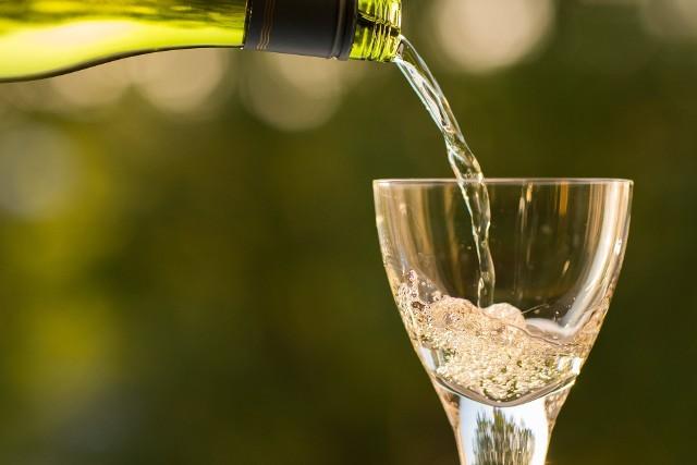 Praca zdalna może sprzyjać pogłębianiu uzależnienia od alkoholu - mówią terapeuci.